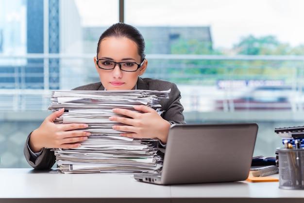 Junge geschäftsfrau, die im büro arbeitet Premium Fotos