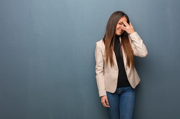 Junge geschäftsfrau gleichzeitig verlegen und lachend Premium Fotos