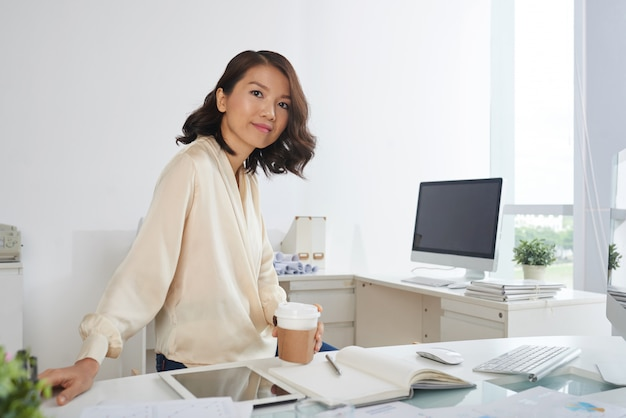 Junge geschäftsfrau im büro Kostenlose Fotos