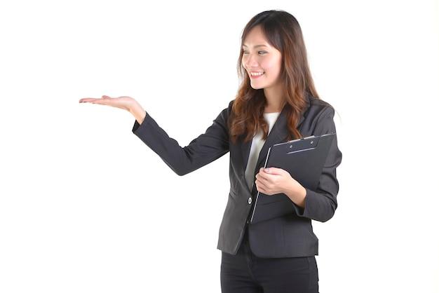 Junge geschäftsfrau in der klage lächelnd und eine palme, auf weiß hochhalten Premium Fotos