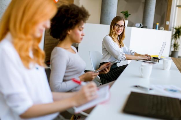 Junge geschäftsfrauen, die im büro arbeiten Premium Fotos