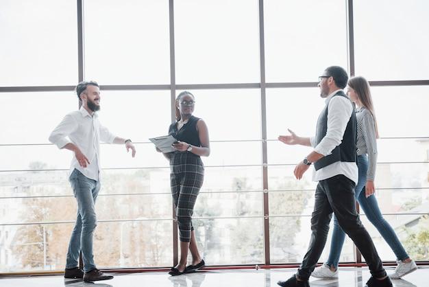 Junge geschäftsleute diskutieren während eines meetings im büro gemeinsam über neue kreative ideen Kostenlose Fotos
