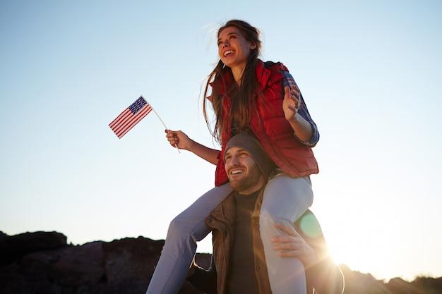 Junge glückliche amerikaner auf wanderung Kostenlose Fotos