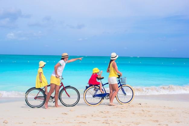 Junge glückliche familienreitfahrräder, die strandferien duting sind Premium Fotos