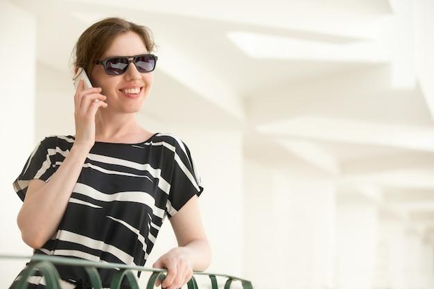 Junge glückliche frau am telefon Kostenlose Fotos