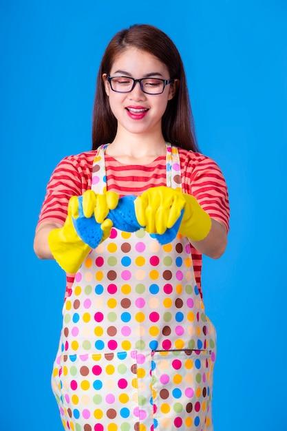 Junge haushälterin mit reinigungsmittel Kostenlose Fotos