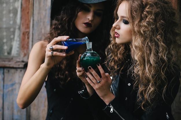 Junge hexen, tränke zu mischen Kostenlose Fotos