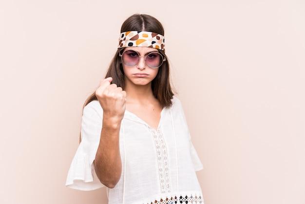 Junge hippe kaukasische frau lokalisiert, die faust zur kamera, aggressiven gesichtsausdruck zeigt. Premium Fotos