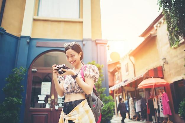 Junge hippie-frau genießen, foto in städtischem beim reisen zu machen. Kostenlose Fotos