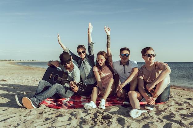 Junge hippie-leute auf sommerferien Premium Fotos
