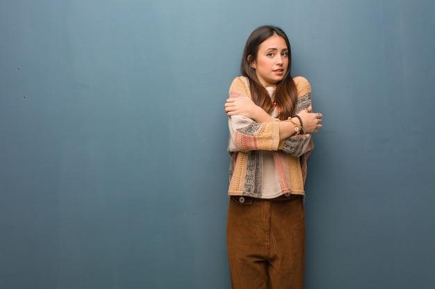 Junge hippiefrau, die wegen der niedrigen temperatur kalt geht Premium Fotos
