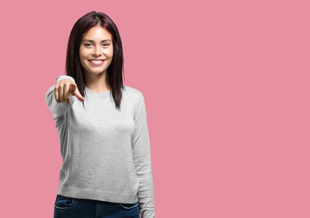 Junge hübsche frau, die über einem anderen, konzept des spottes und der unkontrollierung schreit, lacht und sich lustig macht Premium Fotos