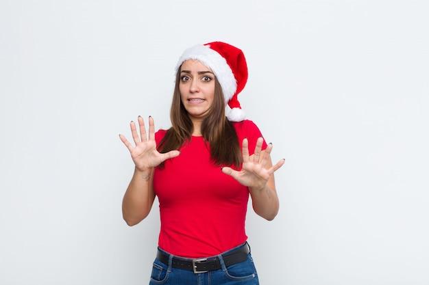 Junge hübsche frau mit sankt-hut. weihnachtskonzept. Premium Fotos
