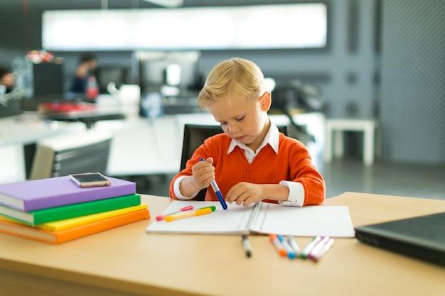 Junge im büro zeichnen Premium Fotos