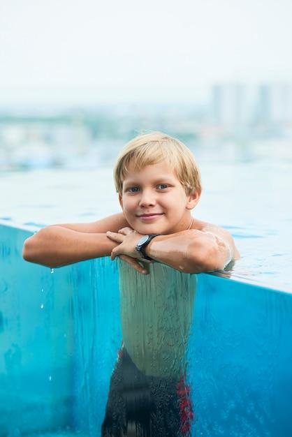 Junge im schwimmbad Kostenlose Fotos