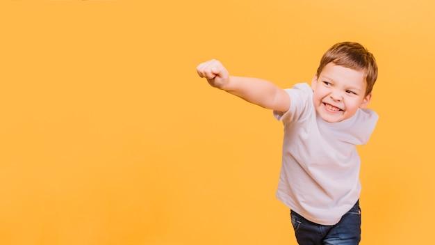 Junge in der superheldhaltung Kostenlose Fotos
