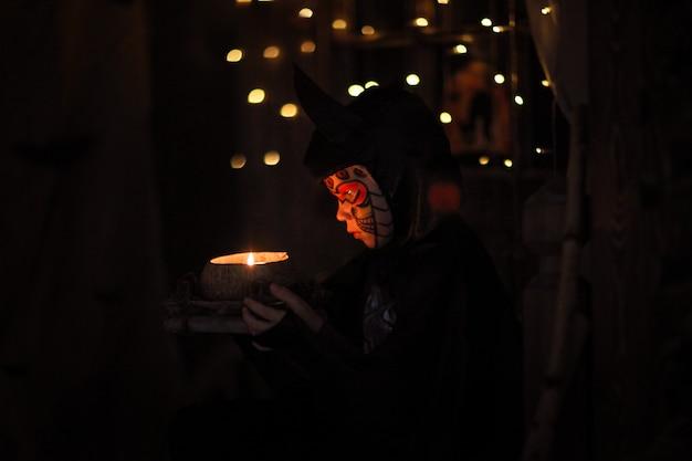 Junge in einem anzugschläger an einem mysteriösen halloween der kindheit Premium Fotos