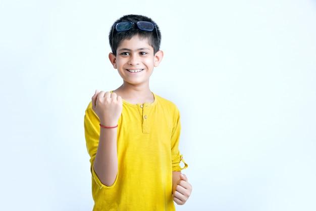 Junge indische kindermultiausdrücke Premium Fotos