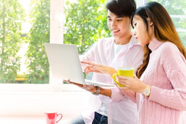 Junge jugendliche, die mit laptop zusammenarbeiten Kostenlose Fotos