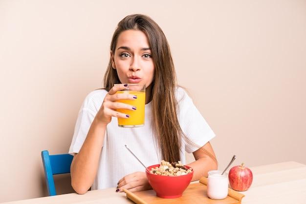 Junge kaukasische frau haing frühstück Premium Fotos