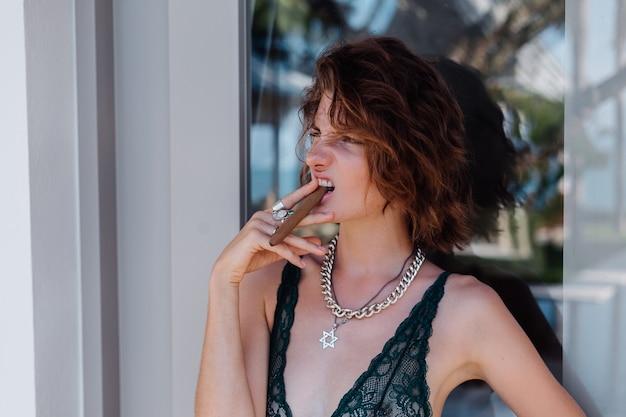 Junge kaukasische frau im hotelzimmer in unterwäsche mit zigarre. Kostenlose Fotos