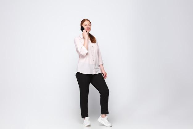 Junge kaukasische frau in der freizeitkleidung. bodypositive weibliche figur, plus größe geschäftsfrau Kostenlose Fotos