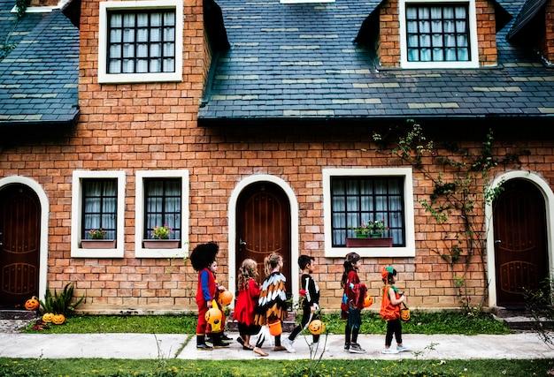 Junge kinder süßes oder saures während halloween Kostenlose Fotos