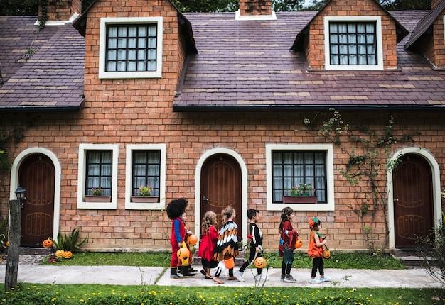 Junge kinder süßes oder saures während halloween Premium Fotos