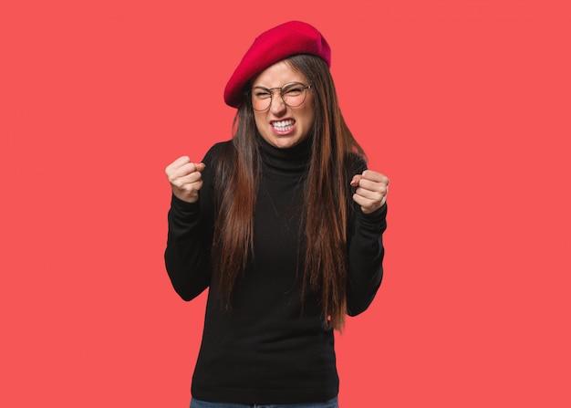 Junge künstlerfrau, die sehr verärgert und aggressiv schreit Premium Fotos