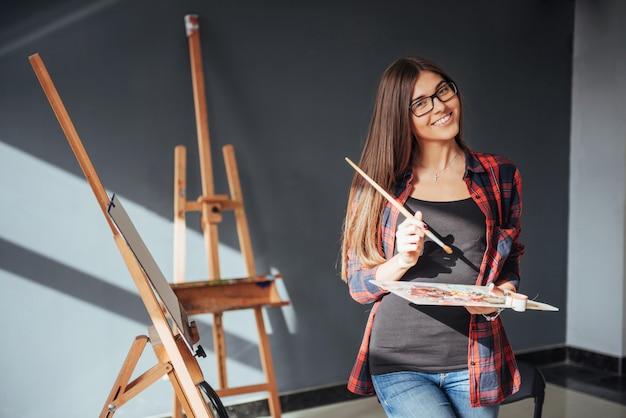 Junge künstlerin, die ein bild malt Premium Fotos