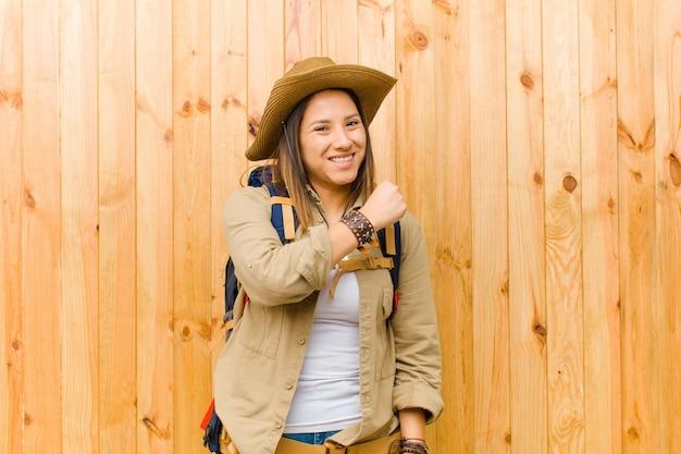 Junge lateinische forscherfrau Premium Fotos