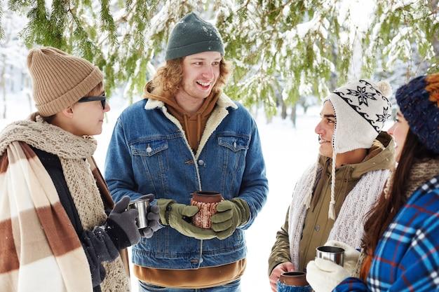 Junge leute auf winterurlaubsort Kostenlose Fotos