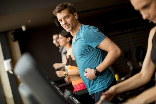 Junge leute, die fadenmühle in der modernen turnhalle verwenden Premium Fotos