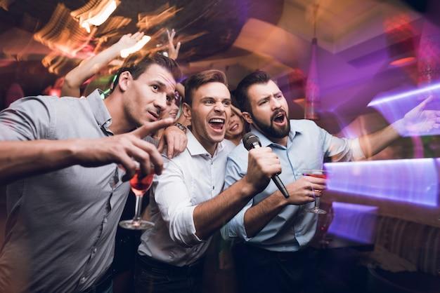 Junge leute haben spaß in einem nachtclub. Premium Fotos