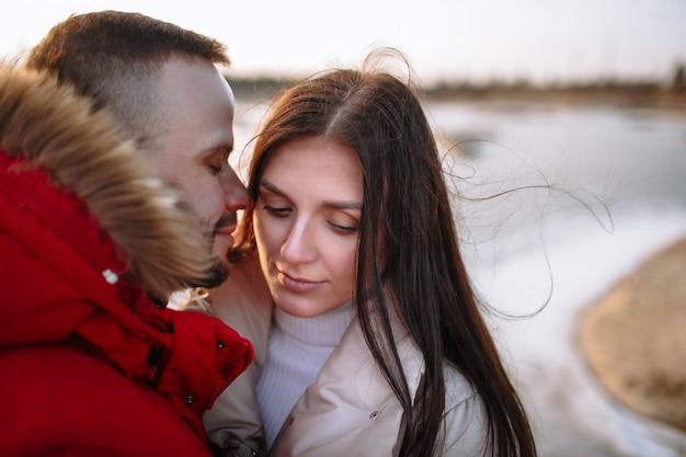 Junge leute in daunenjacken auf einem zugefrorenen see Premium Fotos