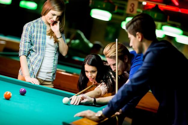 Junge leute spielen pool Premium Fotos