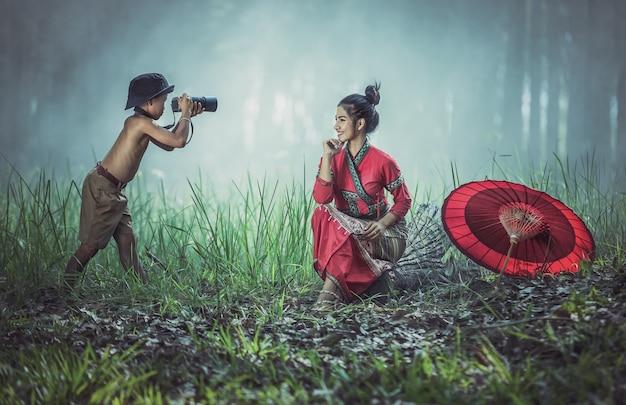 Junge macht ein foto und genießt das fotografieren. Premium Fotos