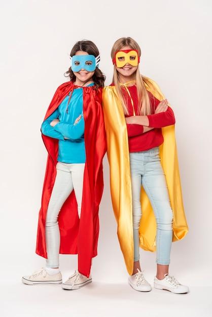 Junge mädchen mit heldenkostümen Premium Fotos