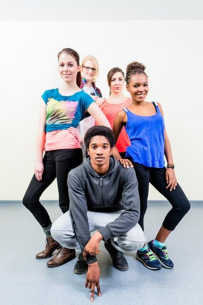 Junge männer und frauen bei der tanzunterrichtaufstellung Premium Fotos