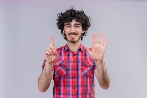Junge männliche lockiges haar isolierte buntes hemd sechs finger Kostenlose Fotos