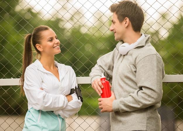 Junge menschen in sportkleidung entspannen sich und unterhalten sich. Premium Fotos