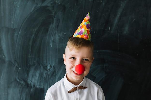 Junge mit clownnase auf geburtstagsfeier Kostenlose Fotos