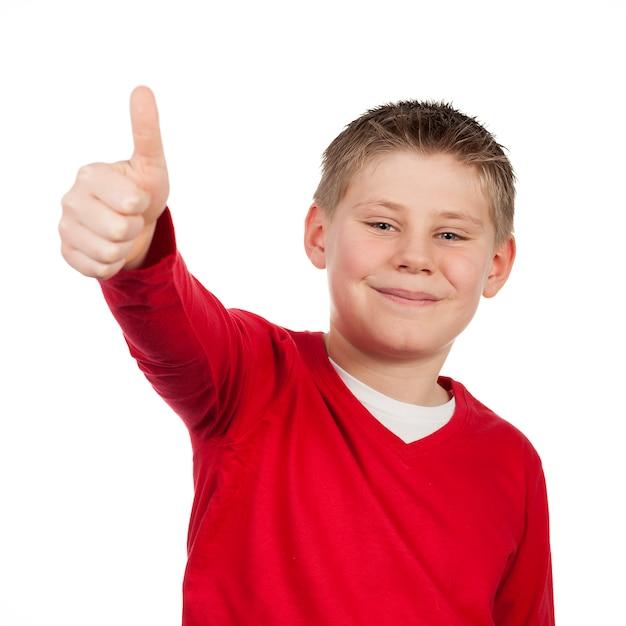 Junge mit dem daumen oben isoliert auf weißem raum Kostenlose Fotos
