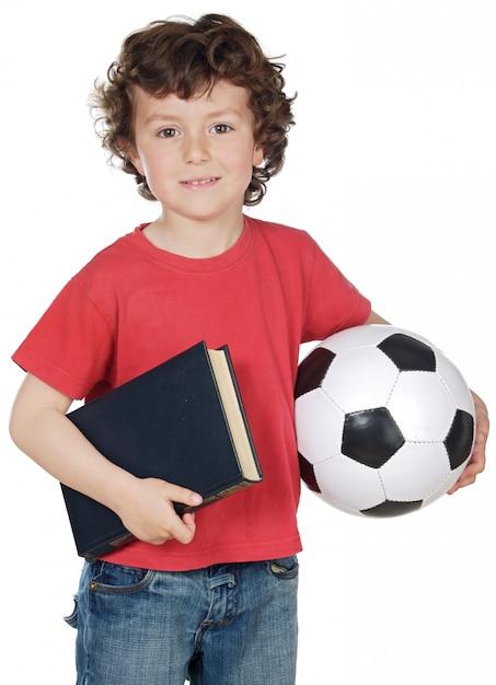 Junge mit der kugel und buch getrennt auf weiß Premium Fotos