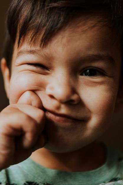 Junge mit einem gesichtsausdruck Premium Fotos
