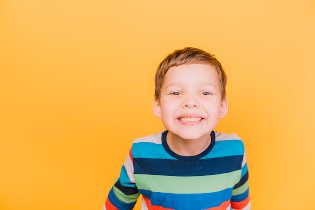 Junge mit spielerischem ausdruck Kostenlose Fotos