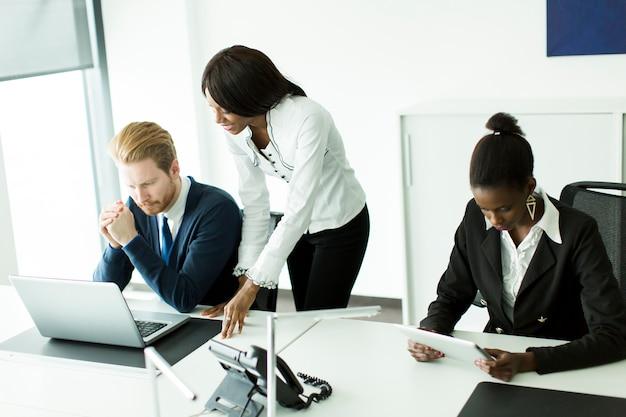 Junge multiethnische leute, die im büro arbeiten Premium Fotos