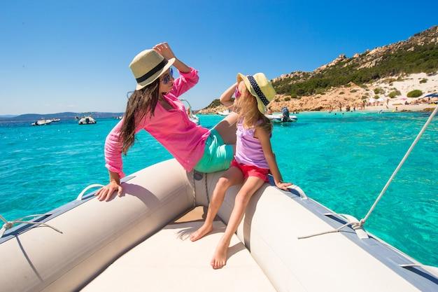 Junge mutter mit entzückender tochter genießen ferien auf boot Premium Fotos