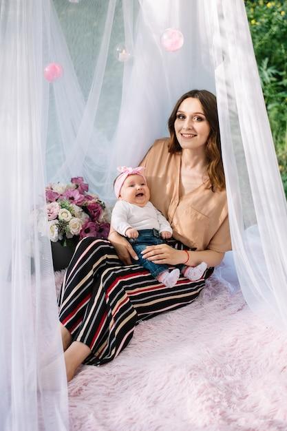 Junge mutter und süßes baby lächeln Premium Fotos