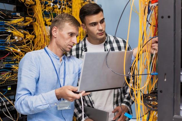 Junge netzwerktechniker mit einem laptop Premium Fotos